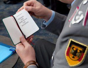 Ein Teilnehmer der 54. Gesamtkonferenz Evangelischer Militärseelsorger in Bad Honnef bei Bonn blättert in einem Gesang- und Gebetbuch für Soldaten. Bild: Meike Böschemeyer / epd-Bild